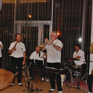 http://hotel-moderntimes.ch/application/files/thumbnails/thumb_list_2x/9714/8974/8307/Vufflens-Jazz-Band.jpg